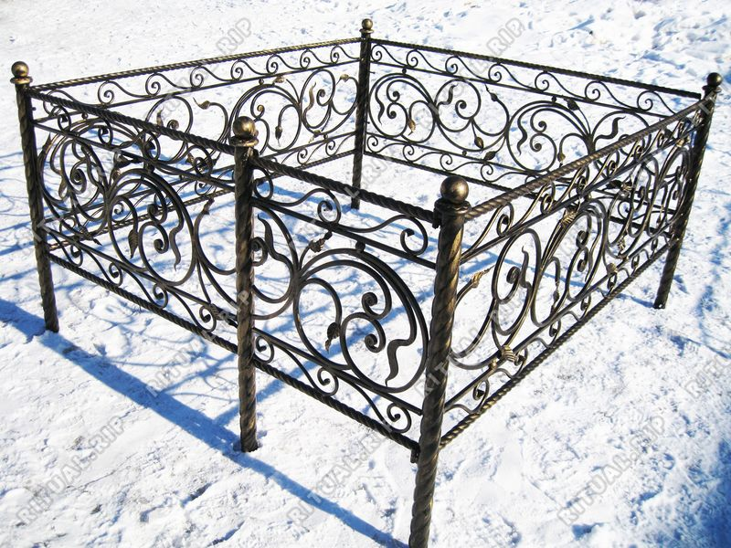 Кованая ограда на могилу Селена витая